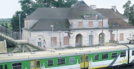 Na stacji w Modlinie zatrzymują się już jedynie pociągi lokalne. Pasażerowie nie są jednak obsługiwani w niszczejącym budynku, a w stojącym obok niego baraku