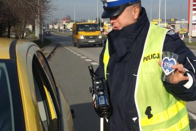 Policjanci z Żor rozdają kierowcom niebieskie pachnące serduszka