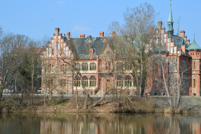 Zobacz, jak pięknie wygląda nowa siedziba żagańskich szkół muzycznych! Widok z okolicy mostu przy ul. Żelaznej. Kliknij galerię i przesuwaj zdjęcia strzałkami