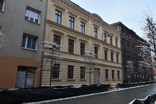 Kończy się remont kamienicy przy ul. Gdańskiej 1. Jej odnowiona fasada prezentuje się zjawiskowo.