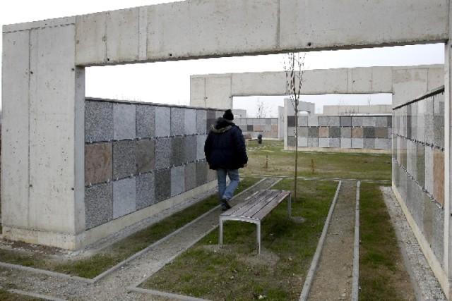 Ten cmentarz ma rozwiązać problem z brakiem miejsc do pochówku w ...