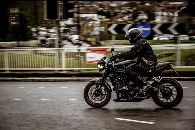 Młody motocyklista próbował uciec przed policyjną kontrolą. Myślał, że radiowóz jest zbyt wolny, aby go dogonić