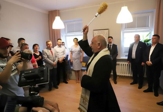 """Dzienny Dom Pobytu """"Radosna przystań"""" poświęcił ksiądz Czesław Wawrzyńczak."""