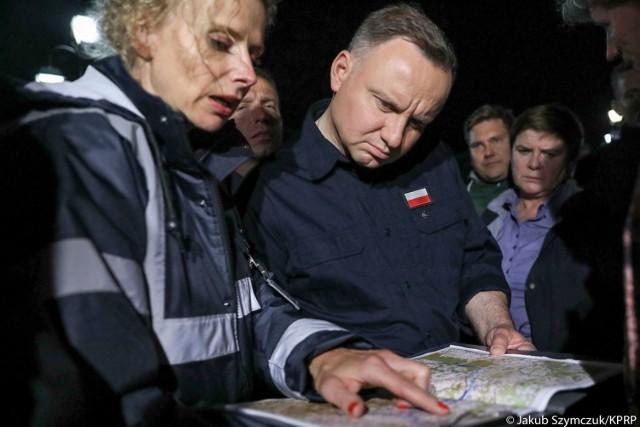 Prezydent Andrzej Duda w rozmowie z dyrektor Małgorzatą Sikorą na temat rozbudowy wałów przy Stradomce w Łapanowie