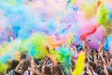 """Holi Party, czyli kolorowy zawrót głowy. Finałowa edycja """"święta kolorów"""" odbędzie się nad Wisłą"""