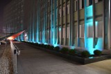 Wiele budynków w Kielcach i okolicy podświetlono  w tym tygodniu na niebiesko i czerwono. Dlaczego? Zobacz to [ZDJĘCIA]