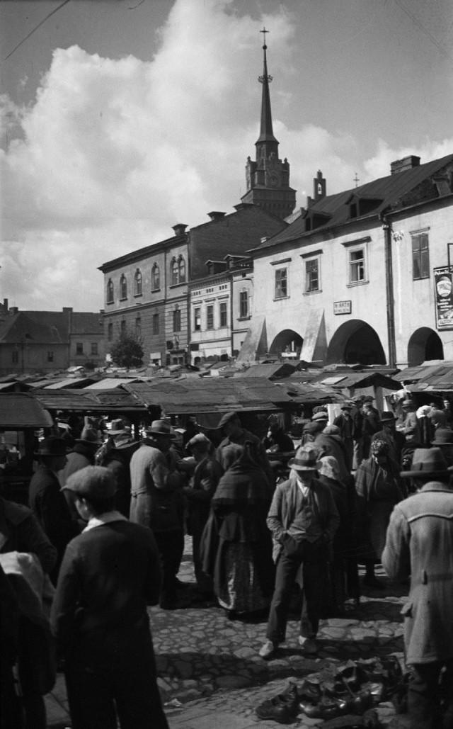 Zniszczenia wojenne ominęły Tarnów. 100 lat temu, po I wojnie światowej życie tarnowian koncentrowało się wokół Rynku, Burku, ulicy Krakowskiej. Targ na Rynku