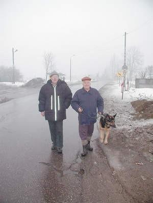 By dojść do sklepu Lesław Łukasik i Dobromir Kozera z Psar muszą iść bardzo ruchliwą ulicą.
