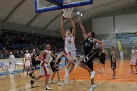 Dąbrowscy koszykarze (jaśniejsze stroje) mają szansę na siódme zwycięstwo z rzędu.
