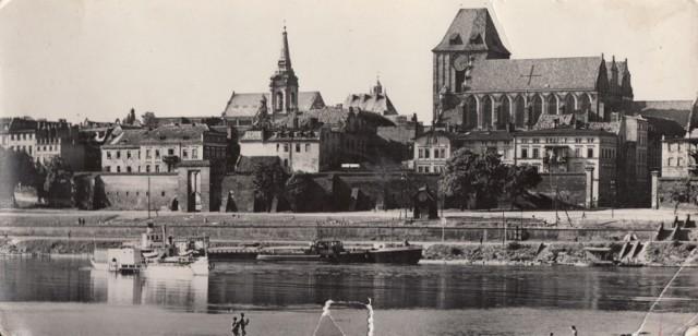 To zdjęcie zostało wykonane w latach 60. ubiegłego wieku, czyli jakieś sto lat po powstaniu pierwszej fotografii z panoramą wiślaną miasta. Widać na nim jednak zupełnie inny świat niż teraz - nabrzeże bez betonu, ale za to ze statkami.