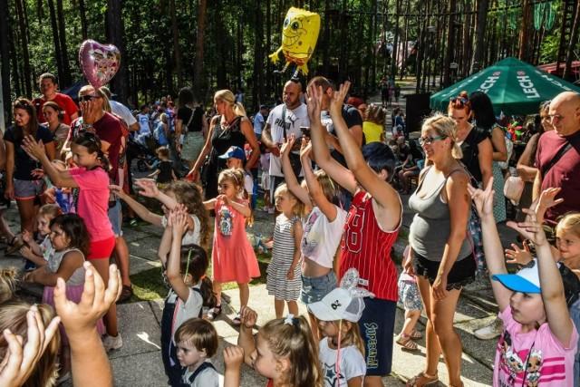 """Dzieci mniejsze i większe świetnie się bawiły podczas wspólnych zabaw, gier i konkursów podczas """"Bajkowej niedzieli"""" (11 lipca) w bydgoskim Myślęcinku"""