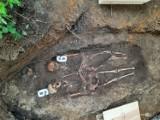 Odkrycie archeologów w Pruszczu Gdańskim. Szkielety wojenne na dawnym cmentarzu przy Wita Stwosza