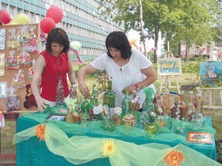 Katarzyna Safińska i Dorota Siemiątkowska spodczas festynu sprzedawały prace podopiecznych dąbrowskiego ośrodka. Grażyna Krawczyk