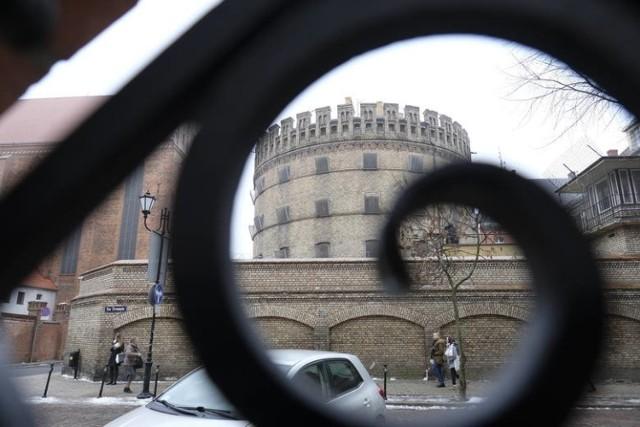Zobacz, jak prezentuje się toruński okrąglak od środka! Zaglądamy do cel w toruńskim areszcie śledczym. Z materiału dowiesz się również m.in. co mieści się na czwartym piętrze aresztu, jedynej kondygnacji bez blend (zasłon na oknach) oraz poznasz historię słynnego zabójstwa w toruńskiej celi z 2011 roku.   Tylko u nas: Tak w latach 90. żyła polska mafia [PRYWATNE ZDJĘCIA]  Polecamy: Gwara więzienna. Czy dogadałbyś się z więźniami? [QUIZ]