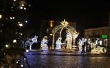 Chełm. Zamiast drewnianej szopki  na placu Łuczkowskiego pojawiła się rozświetlona betlejemska stajenka. Zobacz zdjęcia