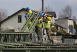 Wojsko w Kaliszu buduje tymczasowy most na Swędrni. ZDJĘCIA