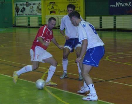 Marcin Synoradzki (przy piłce) nie pokonał bramkarza Therapeutiki, ale 2 razy pokonał golkipera Windexu/Stencel.