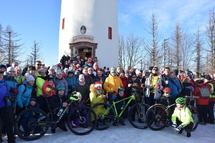 Ponad pół tysiąca turystów powitało Nowy Rok wchodząc na Kopę Biskupią [ZDJĘCIA]
