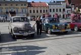 Oświęcim gościł zawodników rajdu Tylko Dla Zuchwałych. Przemierzają Polskę zabytkowymi samochodami szlakiem miast i miejsc UNESCO [ZDJĘCIA]