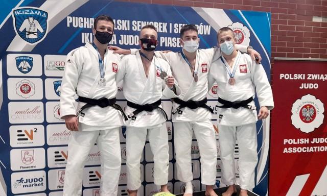 Adam Stodolski z UKS Leśnik Kaczory (pierwszy z lewej) zajął w Pucharze Polski Seniorów w Piasecznie drugie miejsce