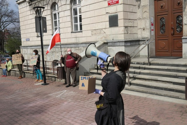 Śląski Ruch Klimatyczny protestował przed Urzędem Miasta Mysłowice sprzeciwiając się budowy nowej kopalni w mieście.   Zobacz kolejne zdjęcia. Przesuń zdjęcia w prawo - wciśnij strzałkę lub przycisk NASTĘPNE