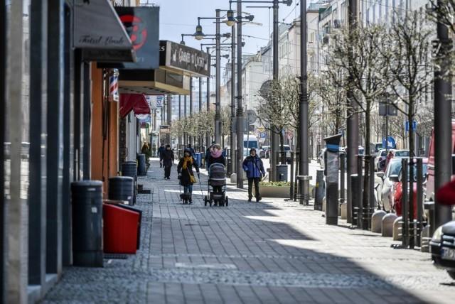 Ul. Świętojańska w Gdyni. Niektóre restauracje są otwarte