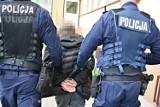 Suwalscy policjanci zatrzymali mężczyznę, który okradł modlącą się kobietę. Złodziejowi grozi 8 lat więzienia