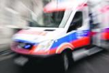Wypadek w Chrzanowie. Na ul. Borowcowej samochód osobowy zjechał z drogi i uderzył w drzewo