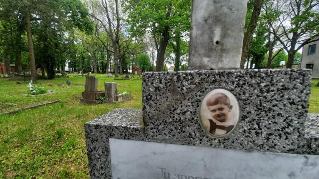 Zabytkowy cmentarz jest otwarty dla każdego. Warto przyjść tutaj ze zniczem...