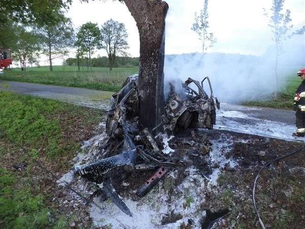 Wewnątrz auta znajdowało się zakleszczone i zwęglone ciało kierowcy, a będący na miejscu zespół pogotowia ratunkowego, ze względu na stwierdzone obrażenia, odstąpił od udzielania pomocy kierowcy.  Zobacz też: Pożar mieszkania przy ul. Poniatowskiego w Bartoszycach [Zdjęcia]