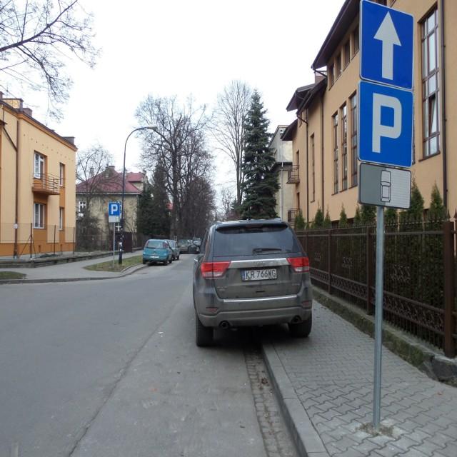 Ul. Bema. Auta po prawej stoją zgodnie ze znakiem, ale utrudniają przejście pieszym. Te po lewej, według znaku, powinny stać na jezdni