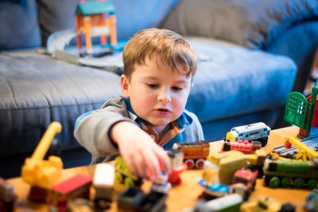 Dzieci warto nauczyć samodzielnej zabawy. Będzie to z korzyścią dla obu stron – rodzica i malucha!