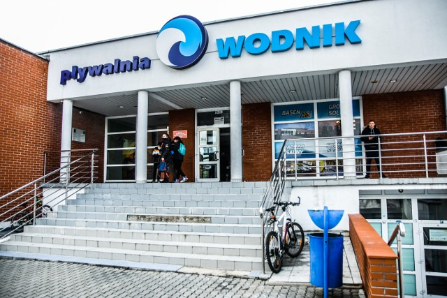 """Od poniedziałku,19 kwietnia, w pomieszczeniach Pływalni """"Wodnik"""" w Żarach zostanie otwarty pierwszy w województwie lubuskim Punkt Szczepień Powszechnych. Codziennie, będzie się tam mogło zaszczepić 200 osób."""