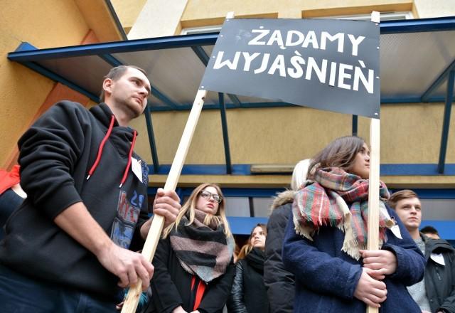 Studenci WSPA chcą, by odwołane ze stanowisk rektor i prorektor, zostały przywrócone do pracy na uczelni.