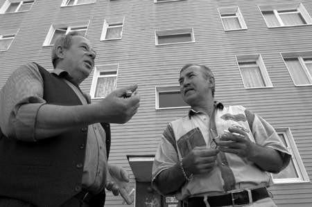Jesteśmy z żoną na garnuszku ojca, pracuję dorywczo, a wszystko co zarobię, oddaję spółdzielni - mówi Janusz Olczak(z prawej). Na zdjęciu z sąsiadem, Józefem Ziębą.