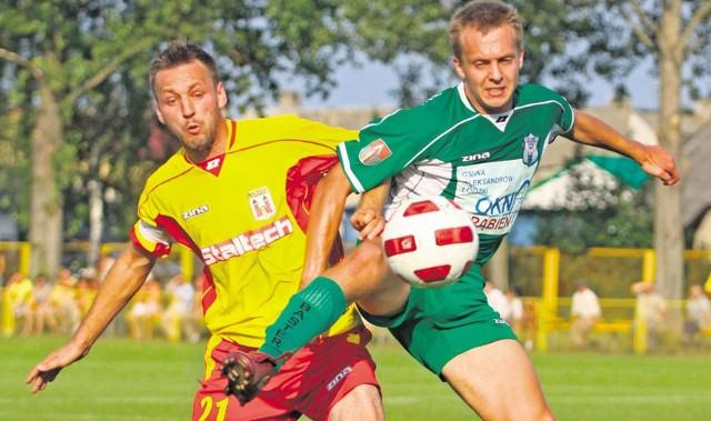 Pierwszy mecz w III lidze Pilica rozegrała z Aleksandrowem. O piłkę walczy Marek Jończyk (żółta koszulka)