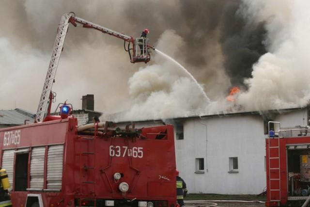W akcjach gaśniczych ważny jest profesjonalny sprzęt. Tu w użyciu podnośnik podczas pożaru w gospodarstwie między Wągrowcem a Rogoźnem