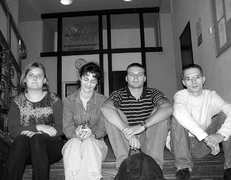 Monika Kostępska (od lewej), Katarzyna Bałdys, Krzysztof Jasiński oraz Michał Cebo studenci III roku nie mogli wczoraj zdać indeksów po wakacyjnych praktykach.