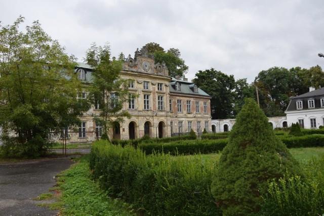 Burmistrz gminy Szczekociny ma wiele planów wobec pięknego pałacu.  Zobacz kolejne zdjęcia. Przesuwaj zdjęcia w prawo - naciśnij strzałkę lub przycisk NASTĘPNE