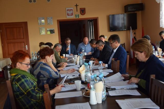 Rada Gminy Aleksandrów Kujawski uznała petycję mieszkańców za bezzasadną. Od głosu wstrzymały się dwie osoby, przeciwnych nie było.