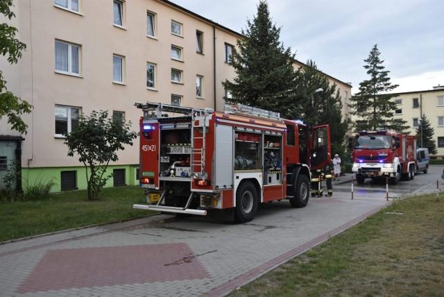Mieszkańcy bloku nr 1 przy ul. Baczyńskiego w Łowiczu zostali we wtorek (20 sierpnia) około godzinny 5 rano ewakuowani z mieszkań z powodu pożaru piwnicy