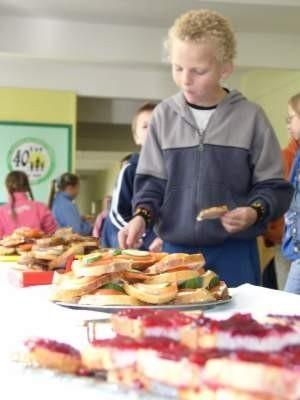 Uczniowie Szkoły Podstawowej nr 1 w Czersku do woli mogli zajadać się kanapkami z okazji Dnia Walki z Głodem.