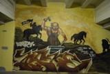 Kolorowe graffiti na ścianach przejścia pod dworcem kolejowym w Bytomiu