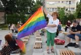 """Akcja """"Jestem człowiekiem, nie ideologią"""". Przyszli na plac Teatralny, by wyrazić swoją solidarność ze społecznością LGBT w Polsce."""