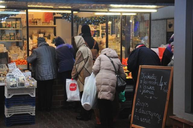 W ekspresowym tempie została uchwalona ustawa, która zniosła zakaz handlu w niedzielę 6 grudnia 2020. W ten sposób przed świętami Bożego Narodzenia mamy możliwość robienia zakupów aż w trzy niedziele w jednym miesiącu (grudniu).