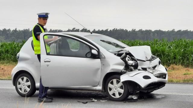 Wypadek w Dębe pod Kaliszem. Kierująca toyotą uderzyła w ciężarówkę