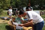 """Drugi dzień festiwalu """"Gniezno pod Żaglami"""" trwa. W Latarni na Wenei, przy jez. Jelonek, można oglądać dawne kajaki i złożyć łódkę z origami"""