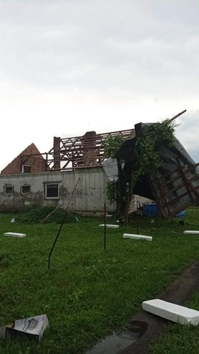 Zerwane dachy, zalania, podtopienia, przewrócone drzewa - to skutek burzy, wiatru i deszczu, które przeszły przez powiat chełmiński