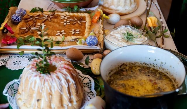 Zgodnie z tradycją, 4 kwietnia 2021 roku zasiądziemy do śniadania wielkanocnego. Na stole nie może zabraknąć święconych potraw, jajek, wielkanocnego żurku i chrzanu, domowych wędlin (w tym oczywiście białej kiełbasy!) i babki wielkanocnej. Zobacz, co musi znaleźć się na wielkanocnym stole.