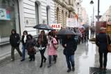 Pracownicy szkół protestowali przed Urzędem Miasta Łodzi [ZDJĘCIA,FILM]